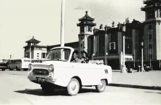 1960年,第Ⅴ型微型汽车在北京站前运营