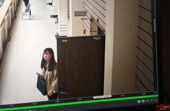 ↑小张走出图书馆监控截图(来源:红星新闻)