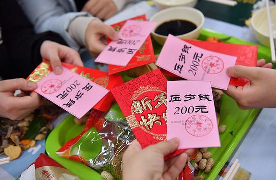 学校为每位春节留校过节的同学送上压岁钱。