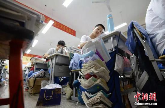 资料图:河北省邯郸市第一中学,即将参加高考的高三学生在上晚自习。中新社发 郝群英 摄 图片来源:CNSPHOTO