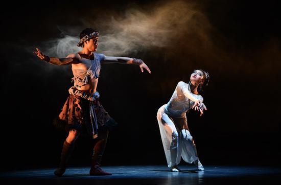 中国民族芭蕾舞剧《鱼美人》中美女蛇使用诡计诱惑猎人。