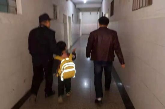 小男孩被送到学校