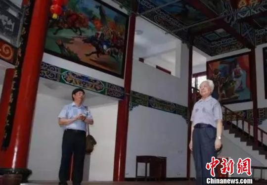 图为:2012年6月回乡时,高铭暄(右)在杨府庙戏台即兴清唱京剧 高铭暄亲属供图