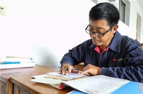 """51岁的山东莱芜泥瓦匠郇政华称,目前只是暂时呆在家里""""找活儿挣钱"""",未来仍会返校学习。"""