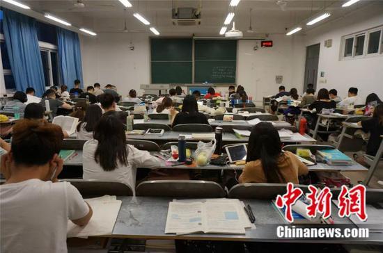 暑假里的考研教室座无虚席 韩章云 摄