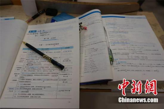 书本与笔,是考研学子奋斗的利器。韩章云 摄