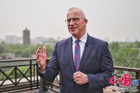 悉尼大学校长迈克尔·斯宾塞接受中国网《中国访谈》专访。(郑亮/摄影)