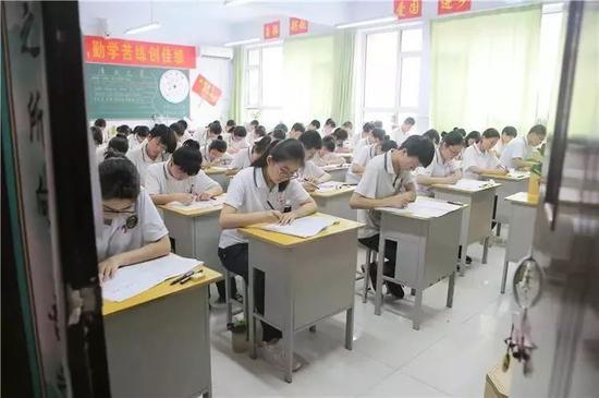 5月17日,衡水市第二中学高三学生在教室内参加模拟考试。