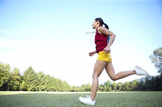 双语:每天走1万步就能身体健康?专家:别逗了