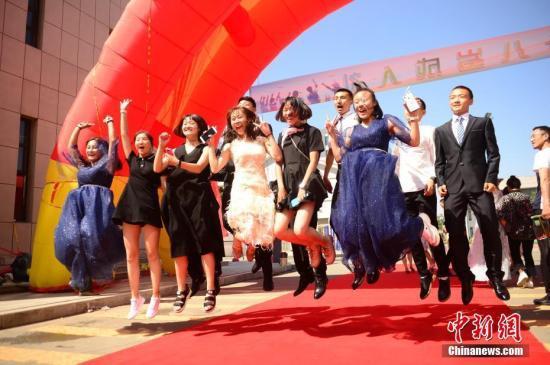 资料图:内蒙古中学生举行成人礼,记录自己的18岁。中新社记者 刘文华 摄
