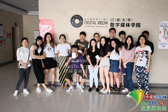 图为赵燕(后排左四)与学生们合影留念。受访者提供