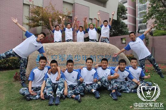 """""""航空学校"""" 中国空军网 图""""插上腾飞翅膀,成就飞天梦想。"""""""