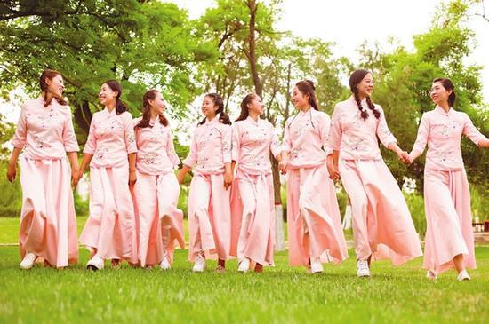 图为326宿舍8位女生在毕业前夕拍摄的合影。(通讯员 摄)