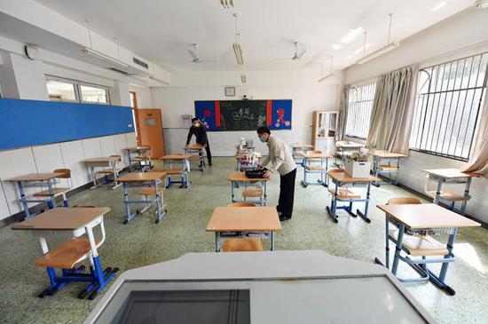 高三开学临近探访北京十二中:课桌间距超一米