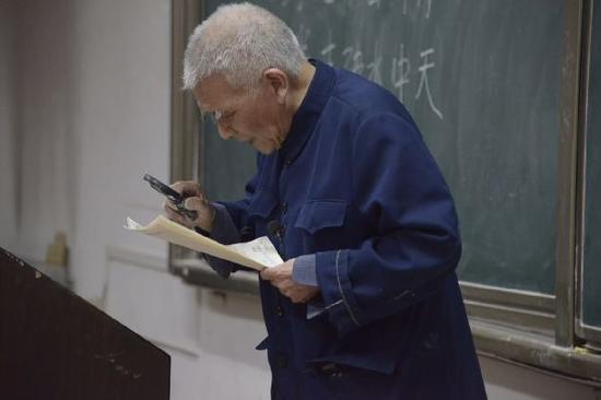 西安建筑科技大学教了一辈子高等数学的退休教师潘鼎坤。 本文图片 中青在线
