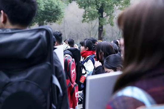 中国美术学院,开考首日静静等待入场的考生们