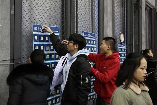 中国美术学院开考首日,进考场时手机要一律关机并放在手机袋中统一保管