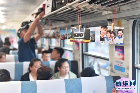 """6月5日,考生们乘坐""""高考专列""""。新华社记者 王松 摄 图片来源:新华网"""