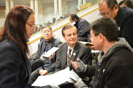 全加意大利裔长者俱乐部主席Frank Stendardo(左2)接受马丽霞和记者同事的采访