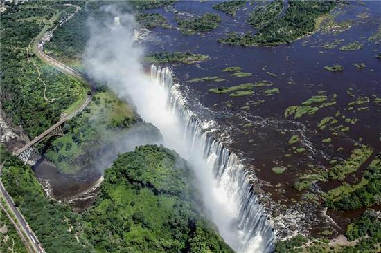 2014年2月17日,从空中俯瞰的津巴布韦维多利亚瀑布。(新华社记者许林贵摄)