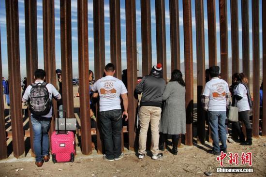 资料图:美墨边境墙。