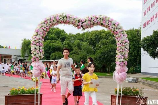 贵宾级的入学仪式,让一年级的新生和家长一走进学校便惊喜满满。