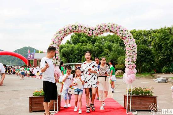 该小学位于浙江省浦江县黄宅镇,虽然地处农村,但学校非常重视迎新体验。在城市里,走红地毯、鲜花拱门都显得常见,学校希望农村的孩子也能享受这种待遇和仪式感。