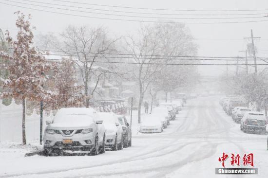 纽约迎来今冬初雪 雪情超预期引发交通混乱