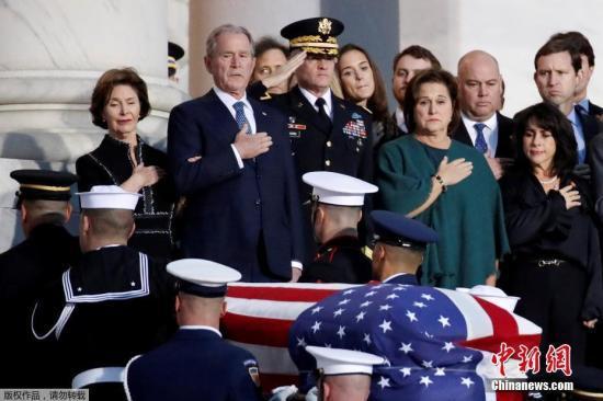 美国第41任总统乔治·赫伯特·沃克·布什(老布什)的灵柩从他的家乡休斯顿运抵首都华盛顿市郊,他的遗体将从当天晚上开始放于国会圆形大厅,供民众瞻仰。