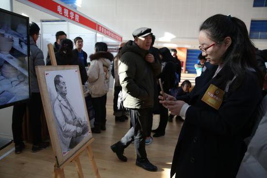 中国传媒大学校园开放日,学生活动中心,考生和家长前来咨询相关报考信息。 摄影/新京报记者 侯少卿