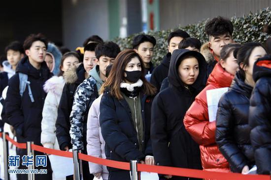 2月16日,报考北京电影学院表演学院的考生等候进入考场。 新华社发