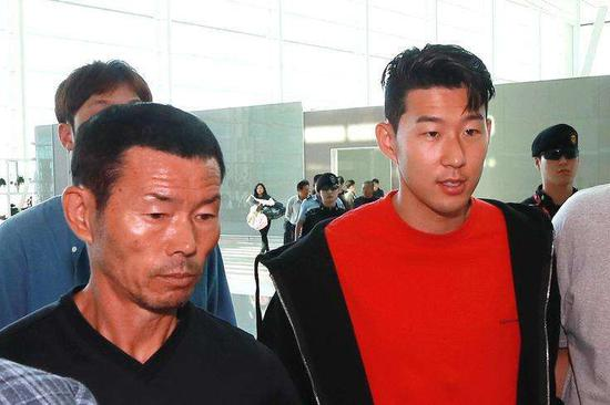 孙兴慜和父亲(左)。