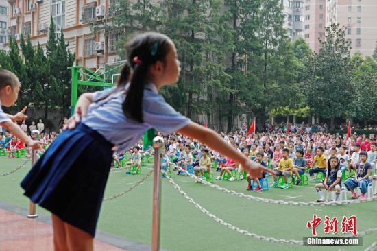 资料图:上海市江苏路第五小学迎来2018年开学典礼。殷立勤 摄