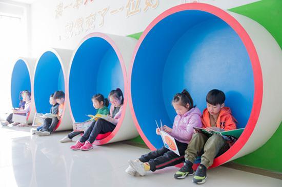 江苏南通,如皋市东皋幼儿园的孩子们在阅读图书。视觉中国 资料图