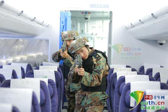 图为军体课CS真人对抗活动。学校供图