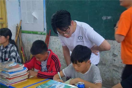 支教老师给学生指导作业