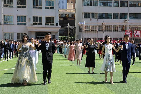 兰州大学附属中学学生和舞伴牵手入场 受访者供图