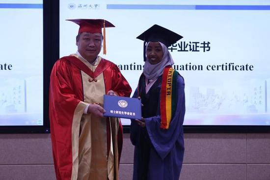 温州大学校长赵敏为埃塞俄比亚留学生阿法尔颁发毕业证书(李剑军 摄)