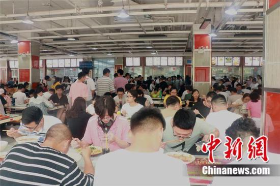 不考研你不会知道,暑假里的大学食堂依旧人满为患。邓新宇 摄