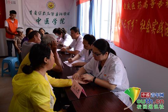 图为戴奕爽(右一)在参加三下乡社会实践。受访者供图