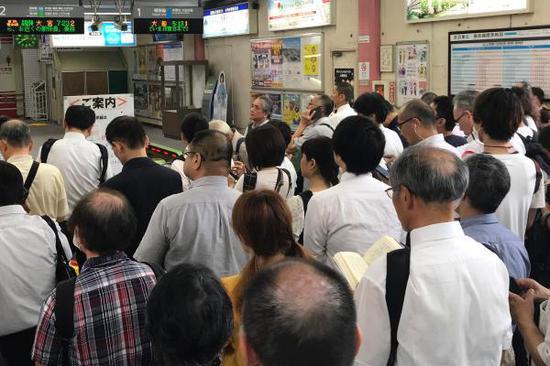 """当地时间2019年9月9日,日本横滨,第15号台风""""法茜""""登陆日本,列车运行暂停,乘客滞留在车站。 IC 图"""