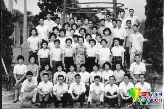 1962年叶嘉莹和台大中文系一年级学生合影。南开大学供图