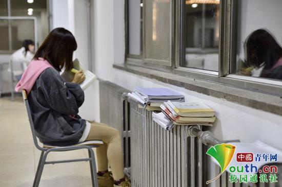 书上还有一个重点没背,今晚背完再回宿舍休息。中国青年网通讯员 甘乘旭 摄