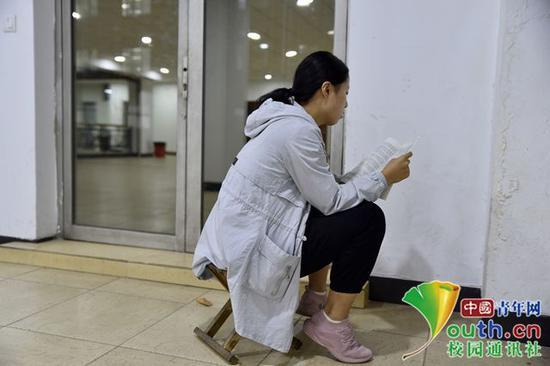 喜欢一个人背书,就坐在角落里,没有人打扰,非常安静。中国青年网通讯员 甘乘旭 摄