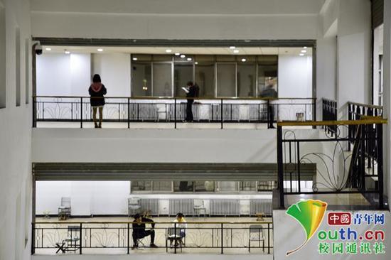 在教学楼的走廊内,随处可见认真复习的考研学子。中国青年网通讯员 甘乘旭 摄