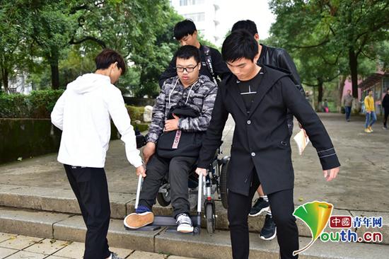 黎际勤的同学帮助他下台阶。中国青年网通讯员 李谌涵 供图