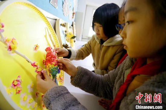 图为花鸟纸雕作品展示。 高展 摄