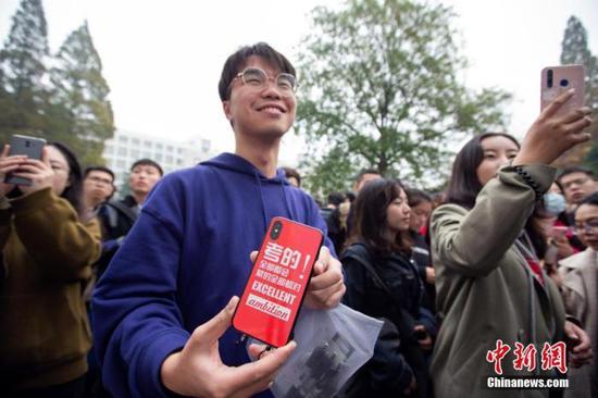 图为11月24日,国考考生在南京林业大学考点等候进场。中新社发 苏阳 摄 图片来源:CNSphoto