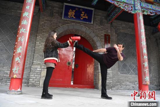 加拿大外籍教师约瑟夫·坎泊尔正在中国妻子的陪练下练习武术 杨艳敏 摄