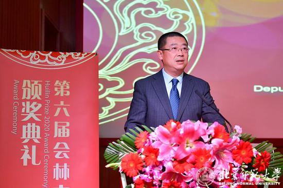 科技部外国专家服务司副司长徐晧庆为顾彬宣读颁奖词